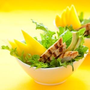 foto Insalata di pollo, mango, avocado